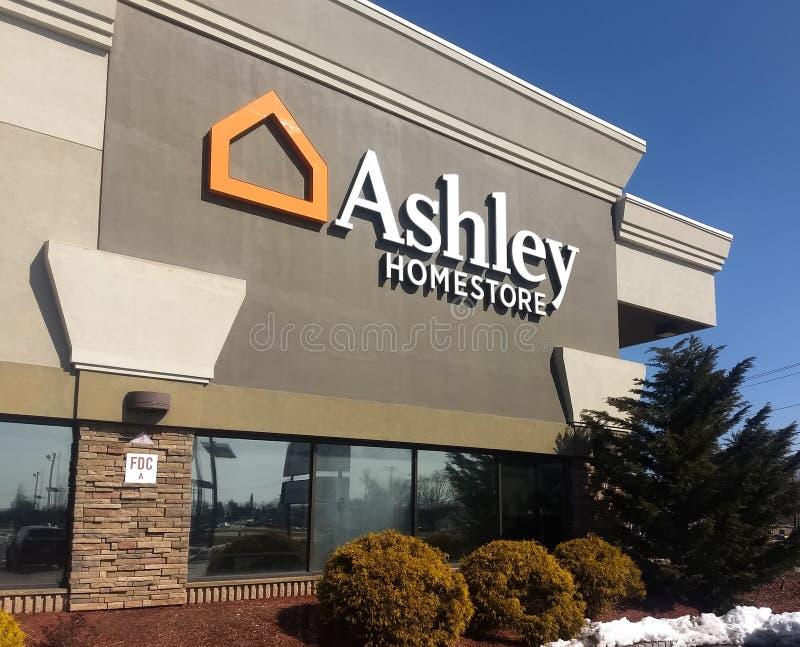 Fairfield ny - ärmlös tröja/United tillstånd - mars 12, 2019: Ashley Homestore Furniture Decor Bedding hem- tillbehör royaltyfri fotografi