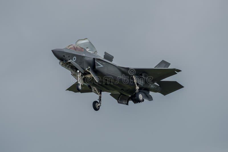 FAIRFORD, REINO UNIDO - 10 DE JULIO: El avión de F-35B participa en aire tatuaje salón aeronáutico evento el 10 de julio de 2016  imagenes de archivo