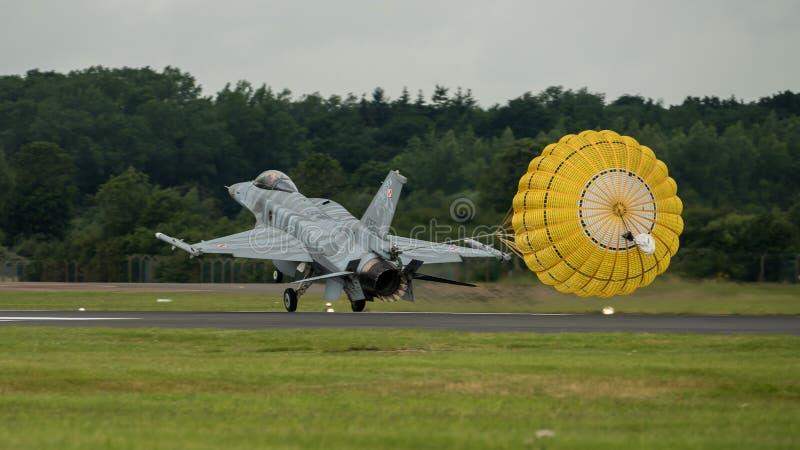 FAIRFORD, REINO UNIDO - 10 DE JULIO: El avión de F-16C participa en aire tatuaje salón aeronáutico evento el 10 de julio de 2016  imágenes de archivo libres de regalías