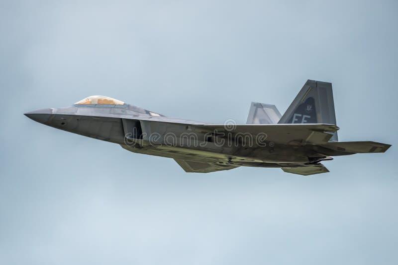 FAIRFORD, REINO UNIDO - 10 DE JULIO: El avión del rapaz de F-22A participa en aire tatuaje salón aeronáutico evento el 10 de juli fotos de archivo