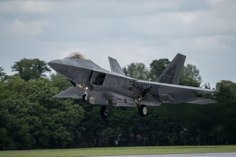 FAIRFORD, REINO UNIDO - 10 DE JULIO: El avión del rapaz de F-22A participa en aire tatuaje salón aeronáutico evento el 10 de juli imágenes de archivo libres de regalías