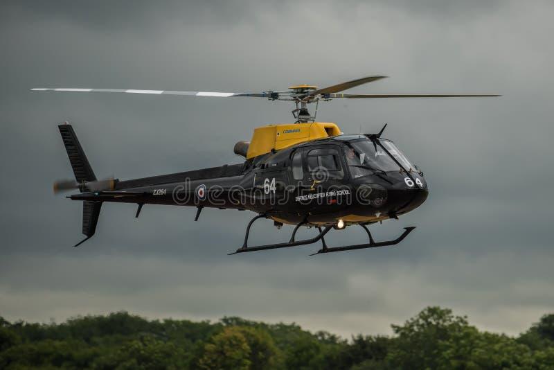 FAIRFORD UK - JULI 10: Ekorrehelikoptern deltar i den kungliga internationella händelsen Juli 10, 2016 för lufttatueringflygshowe arkivfoto