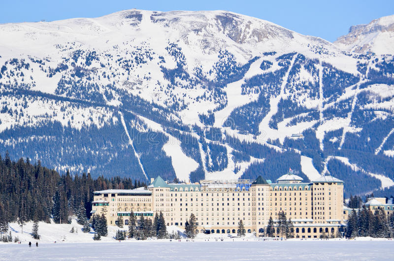 Fairmont Chateau See Louise During Winter lizenzfreie stockbilder