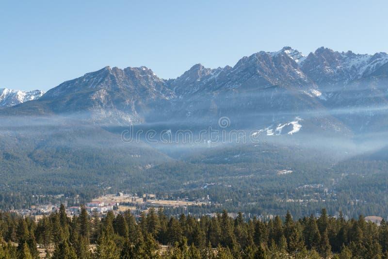 Fairmont-hei?e Quellen, Kanada - 21. M?rz 2019: Panoramaansicht zur Kleinstadt am Fu? eines Hochgebirges lizenzfreies stockfoto