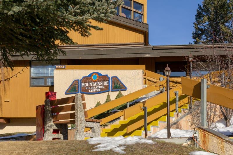 FAIRMONT HOT SPRINGS, CANADA - 18 MARS 2019 : Centre de récréation de flanc de montagne en petite ville situé en montagnes roc image stock