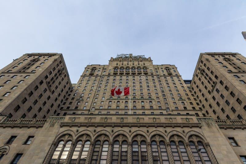 Fairmont kungligt York hotell i Toronto, Ontario som ses från botten med kanadensiskt avfärda för flagga royaltyfri foto