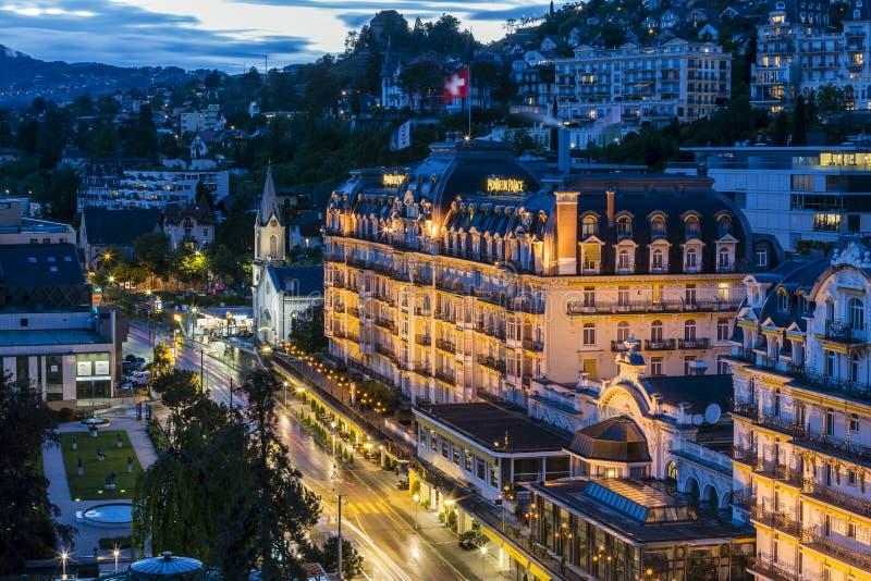 Fairmont Le Montreux Palace hotell på natten royaltyfri bild