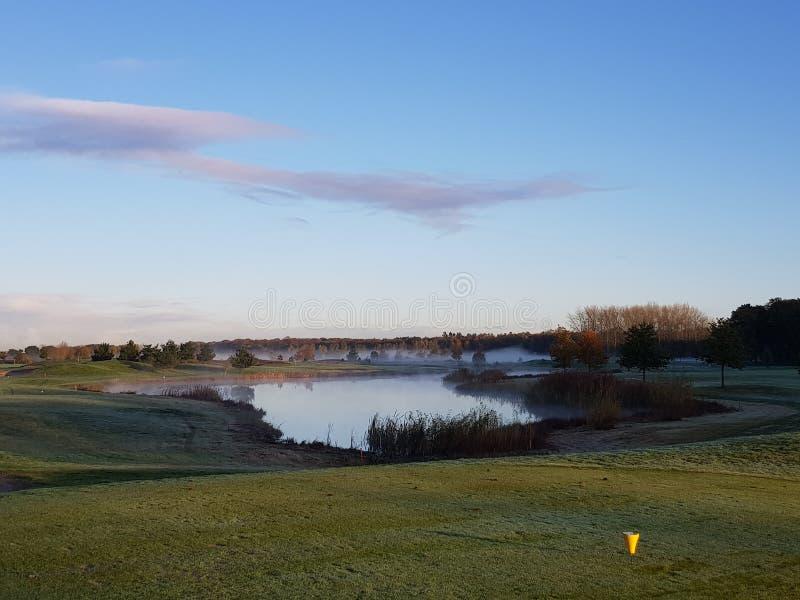 Fairways et verts de terrain de golf de golf photo stock