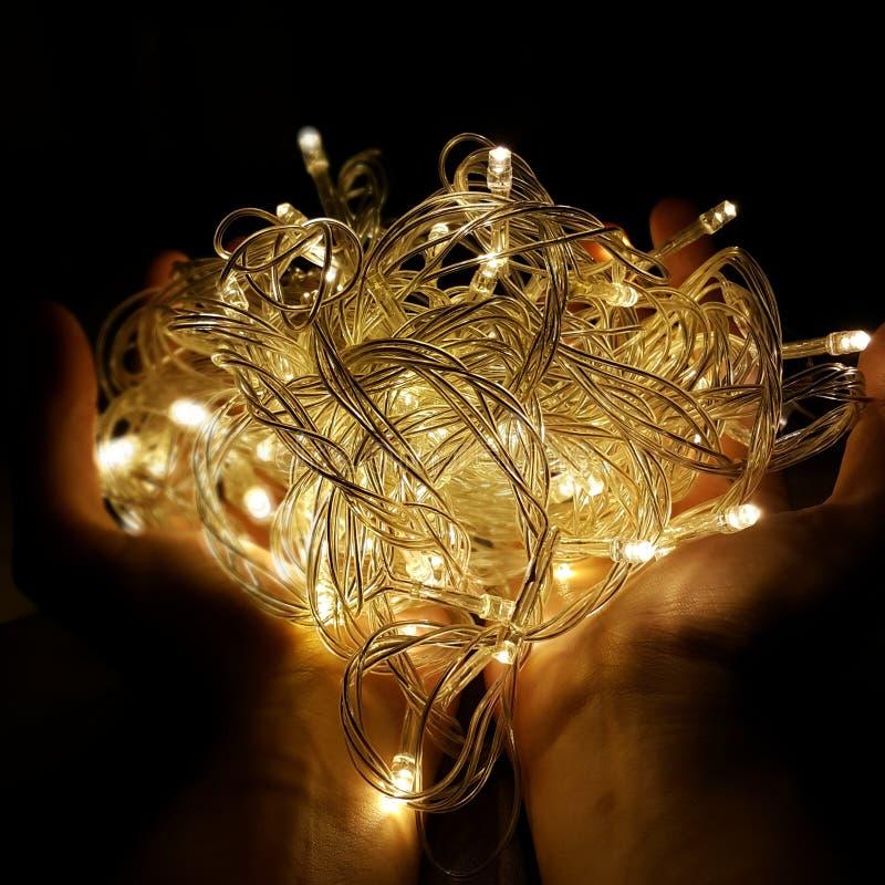 Fairy света на руках стоковые изображения
