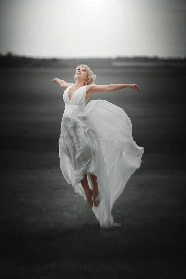 fairy Bella ragazza nel volo di salto del vestito magia immagini stock libere da diritti