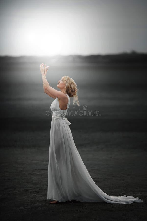 fairy Bella ragazza in vestito bianco magia fotografia stock libera da diritti