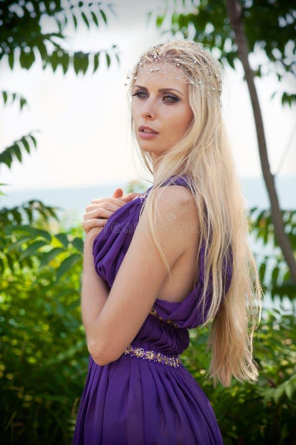 Fairy-tale - ritratto della donna nella porpora immagini stock libere da diritti