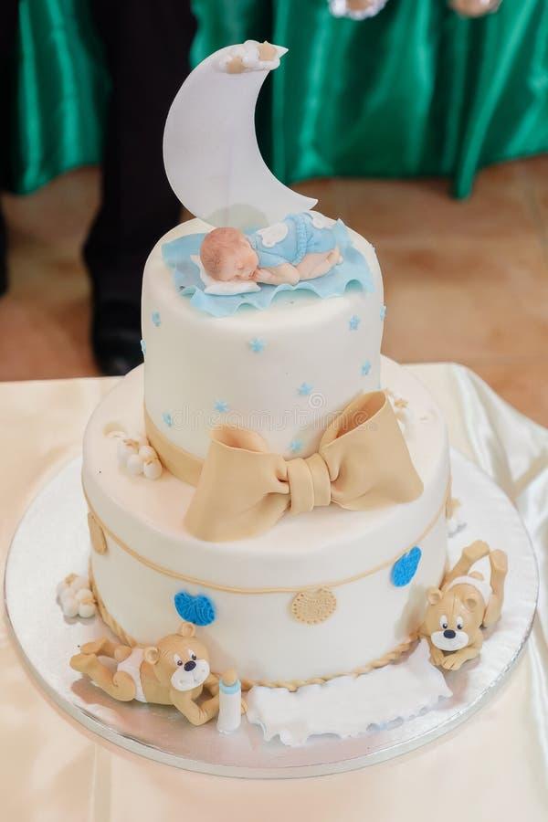 Fairytale babptize cake met maan, babyslaap en draagt stock afbeelding