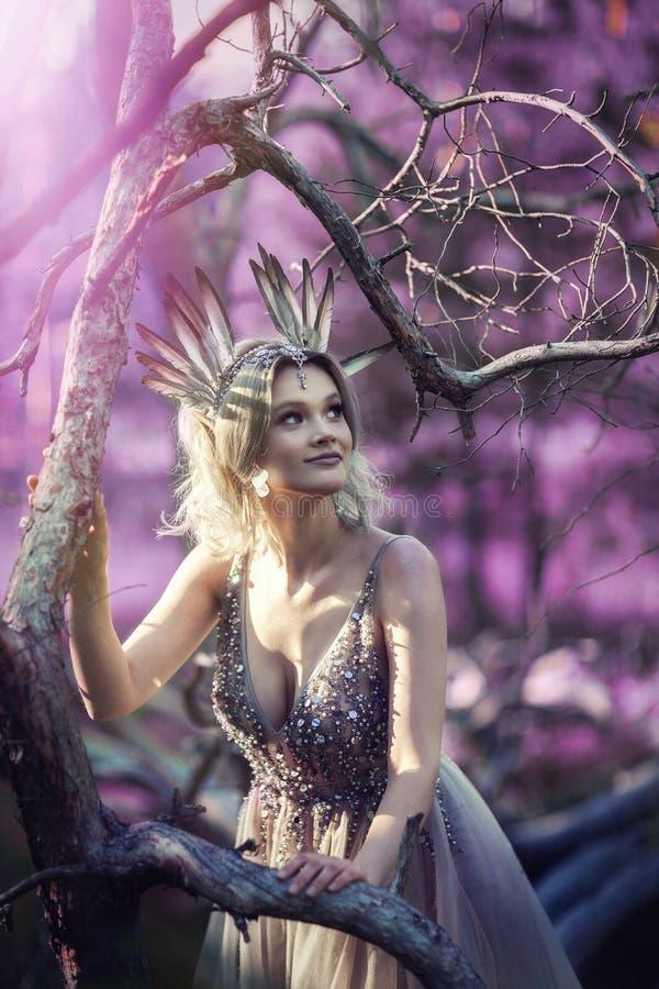 Fairytale dans les branches d'un arbre photographie stock libre de droits