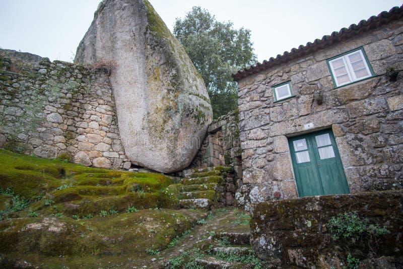 Fairytale middeleeuws dorp van Monsanto-steenplattelandshuisje royalty-vrije stock foto