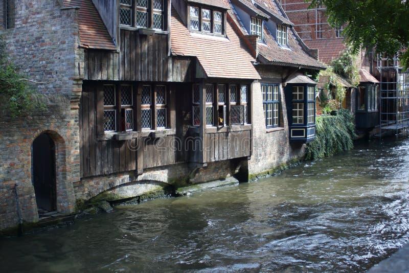 Fairytale middeleeuwse huizen, die zich net op het kanaal bevinden stock foto