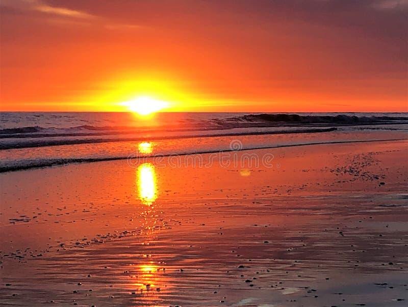 Fairytale, schoonheid, betoverend licht, kleuren en magische zonsondergang in Matalascanas, Huelva Provincie, Andalusia, Spanje stock foto's