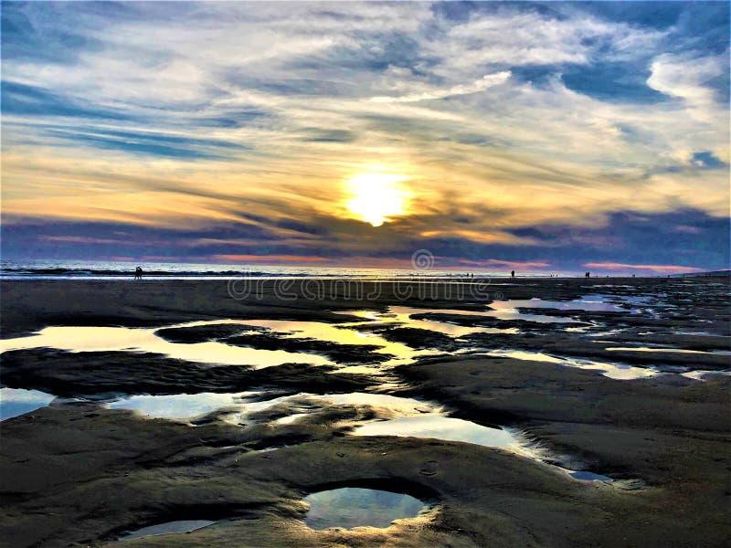 Fairytale, schoonheid, kleuren en magische zonsondergang in Matalascanas, Huelva Provincie, Andalusia, Spanje stock foto