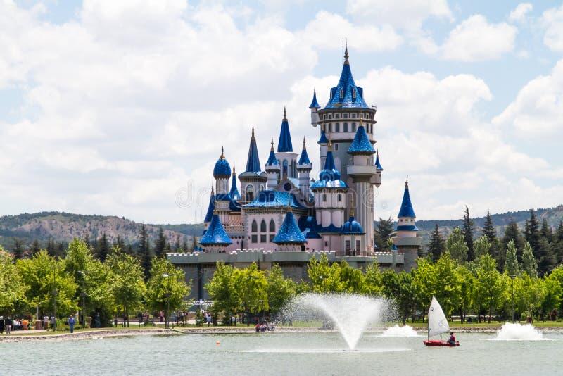 Fairytalekasteel in Park stock afbeeldingen