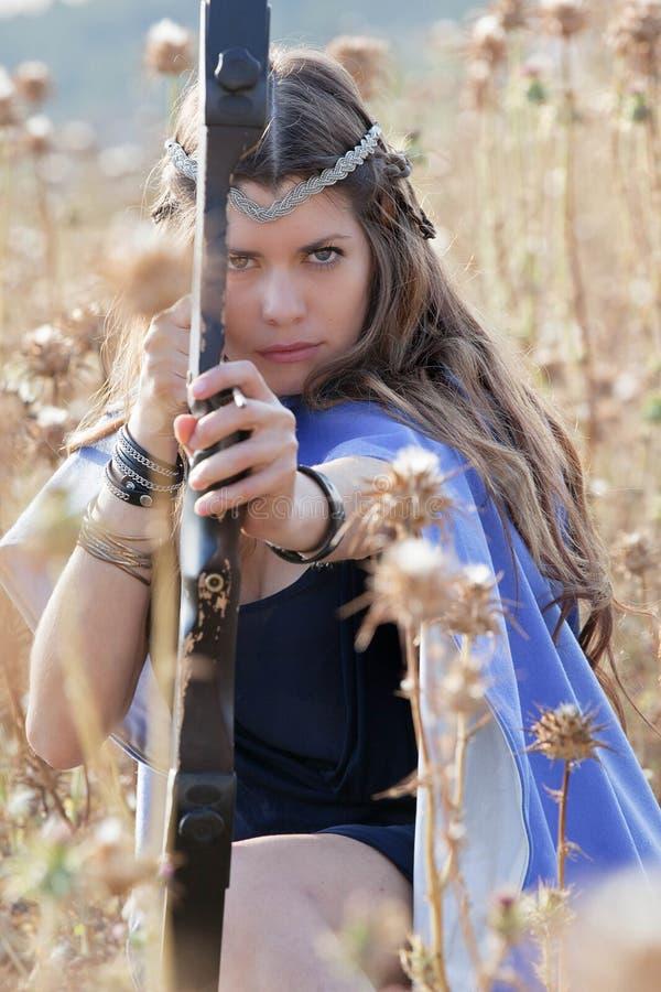 Fairytalemeisje met boog en pijl royalty-vrije stock afbeelding