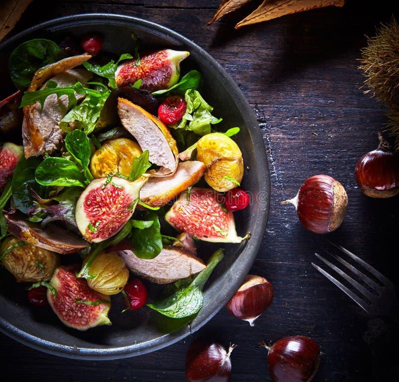 Faisão gourmet do assado, figo e salada da castanha foto de stock royalty free