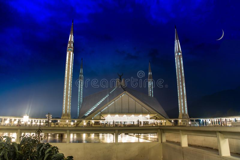 Faisal Mosque dans l'obscurité de la nuit avec un croissant parfait dans le ciel image libre de droits