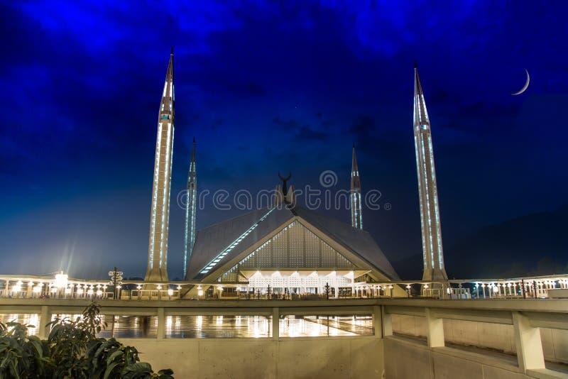 Faisal Mosque in der Dunkelheit der Nacht mit einem perfekten Halbmond im Himmel lizenzfreies stockbild