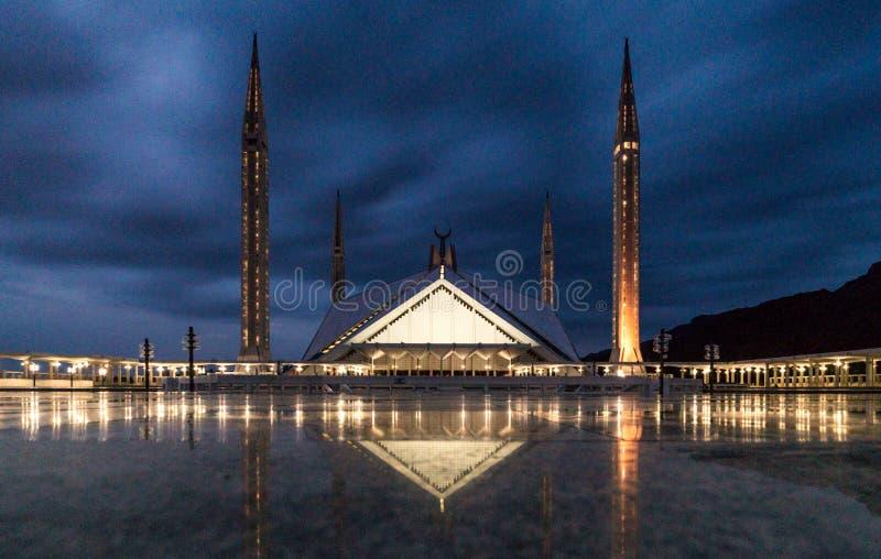 Faisal Mosque em Islamabad, Paquistão no tempo da noite com tup do ligh fotografia de stock