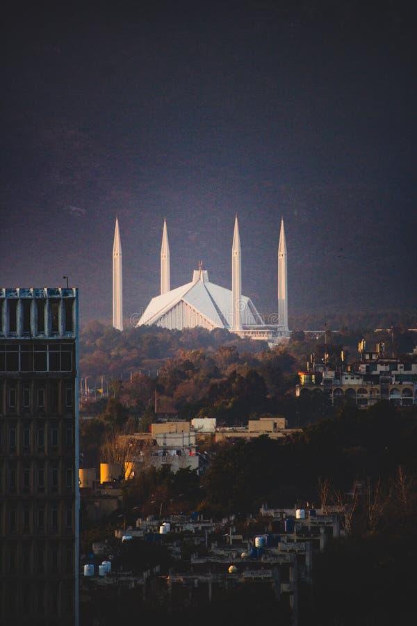 Faisal Mosque jetant un coup d'oeil par derrière les collines shakarparian photos stock