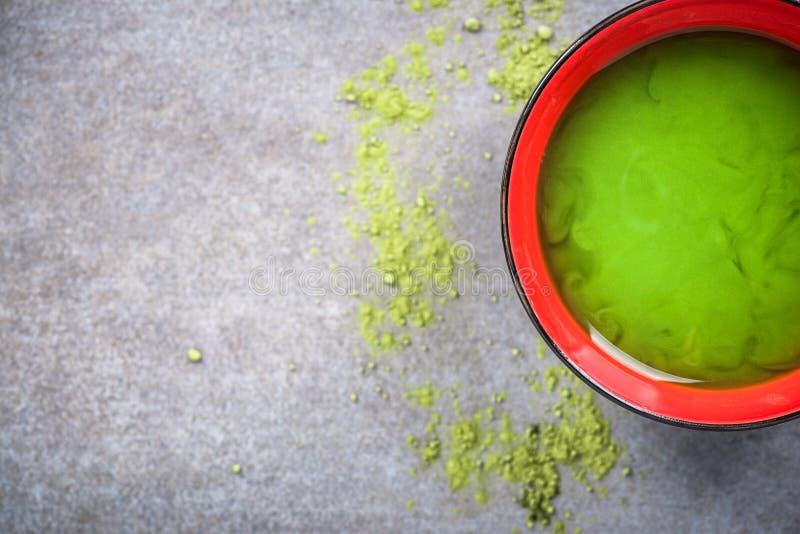 Faisant à Matcha le thé vert dans la cuvette photos libres de droits