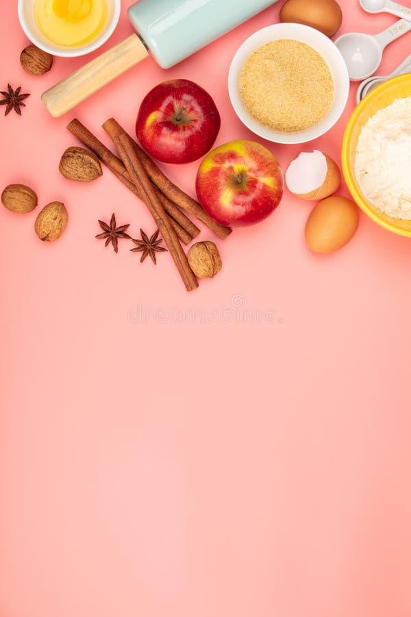 Faisant cuire au four ou faisant cuire des ingr?dients sur le fond rose, configuration plate image libre de droits