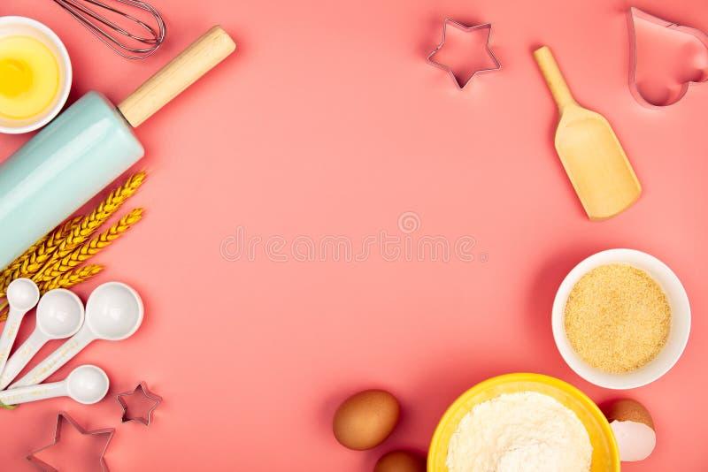 Faisant cuire au four ou faisant cuire des ingr?dients sur le fond rose, configuration plate photos libres de droits