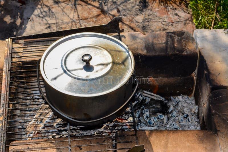 Faisant cuire dans une hausse dans le chaudron au-dessus du feu, de venir de chaudière photos libres de droits