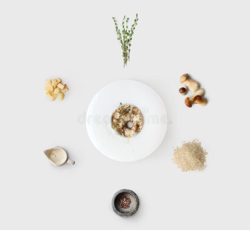 Faisant cuire des ingrédients pour le risotto italien avec les champignons sauvages d'isolement image libre de droits