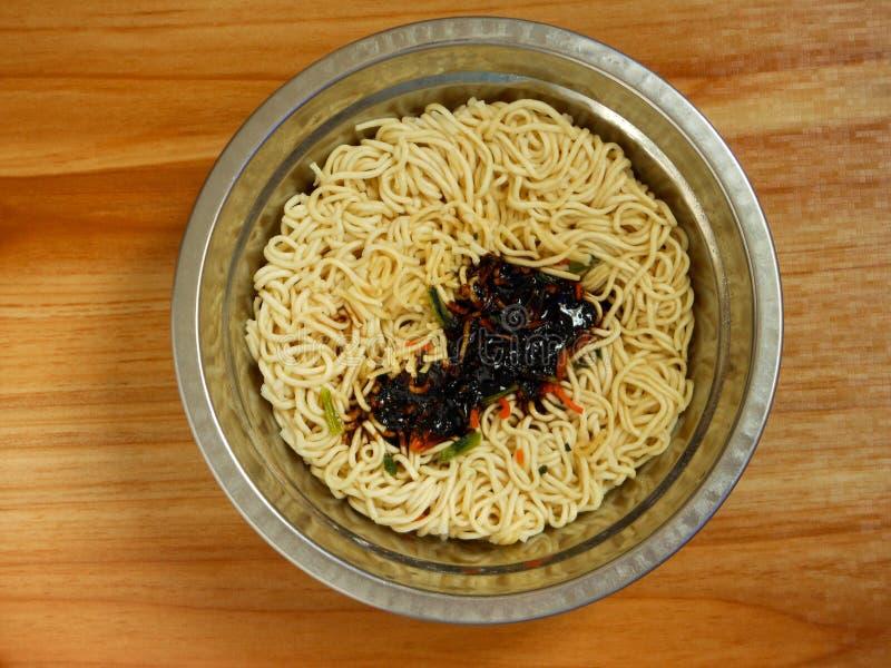 Faisant cuire des nouilles de mein de lo après le dragage avant de remuer la sauce photo stock