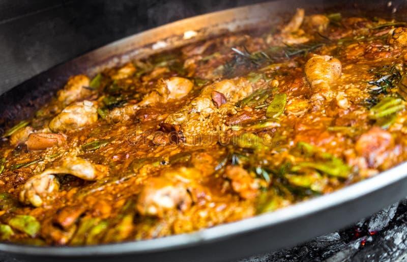 Faisant cuire et faisant une Paella espagnole traditionnelle au-dessus du feu ouvert photos stock
