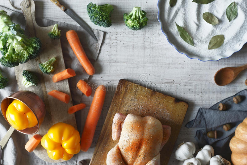 Faisant cuire la dinde pour le jour de thanksgiving horizontal images stock