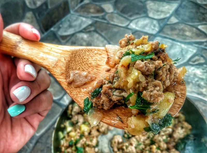 Faisant cuire la recette - viande de ragoût avec des légumes image stock