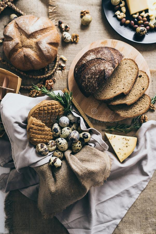 Faisant cuire le petit déjeuner ou le déjeuner à la maison et la ferme photo stock