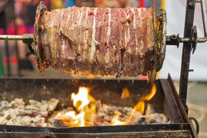 Faisant cuire le shawarma, les couches de viande ont ficelé sur une brochette images stock