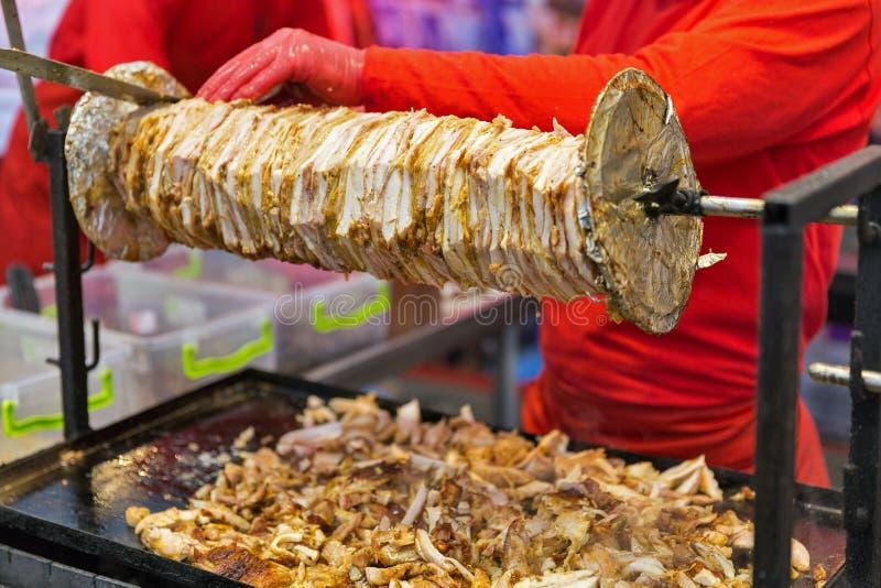 Faisant cuire le shawarma, les couches de viande ont ficelé sur une brochette images libres de droits