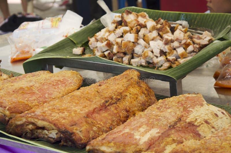 Faisant cuire le ventre de porc croustillant rôti placé sur une feuille de banane photographie stock libre de droits