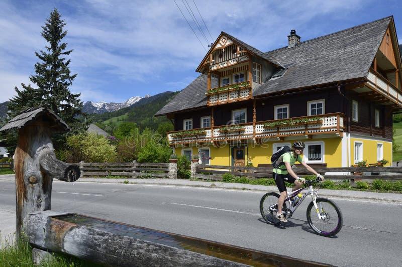 Faisant du vélo dans Weissenbach, la Styrie, Autriche photo stock