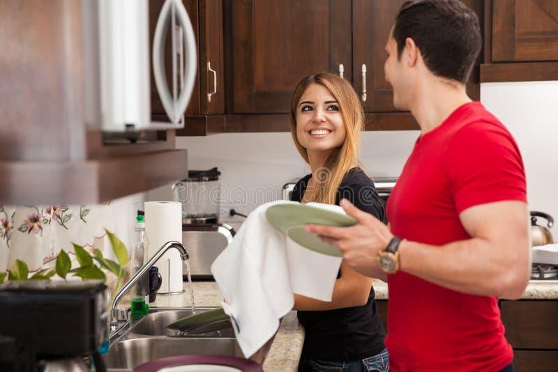 Faisant la vaisselle ensemble images stock