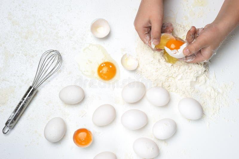 Faisant les pâtes ou la pâte fraîches à la main image stock