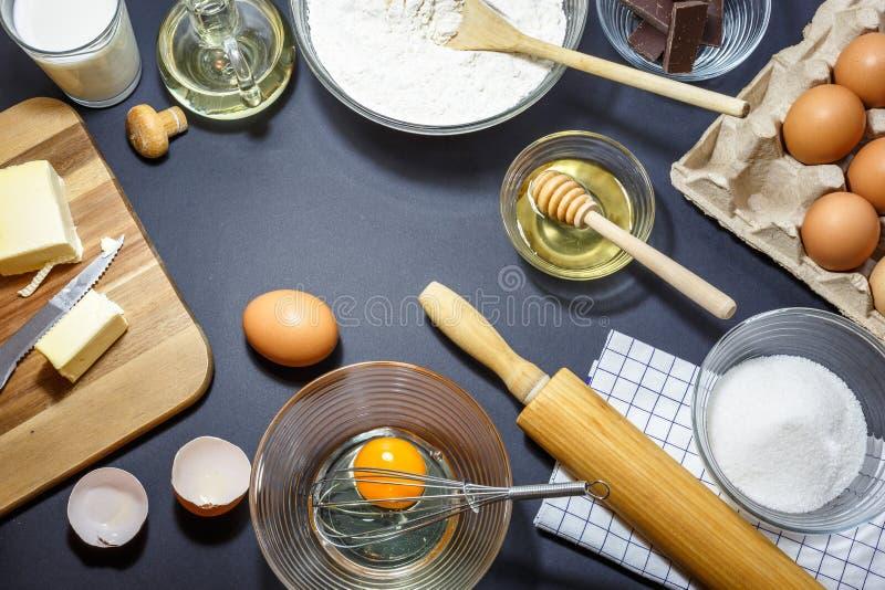 Faisant ou ingrédients cuire au four de cuisine batteries et photo stock