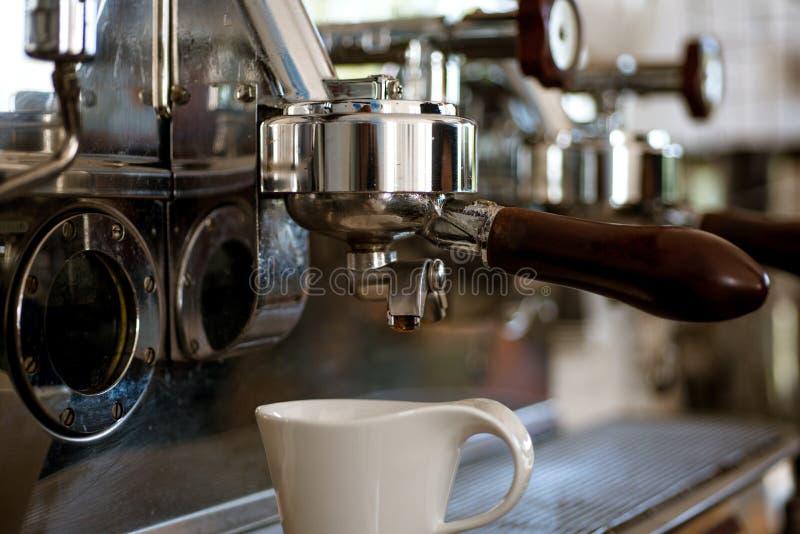 Faisant votre boisson exactement comment vous aimez Café de brassage en café ou café commercial Cuvette de café blanc Petite tass photos stock