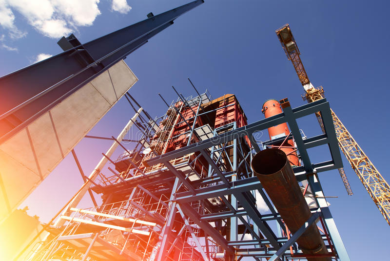 faisceaux de grues sur la construction de l'usine industrielle images stock