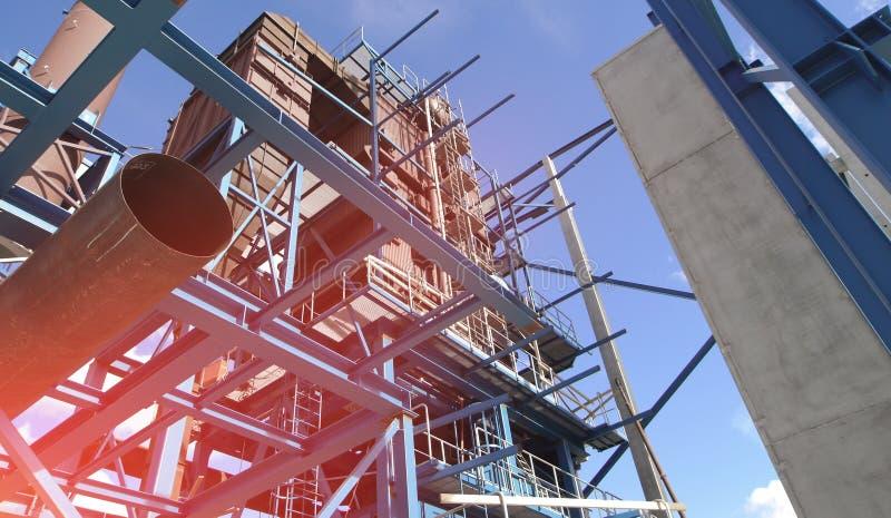 faisceaux de grues sur la construction de l'usine industrielle images libres de droits