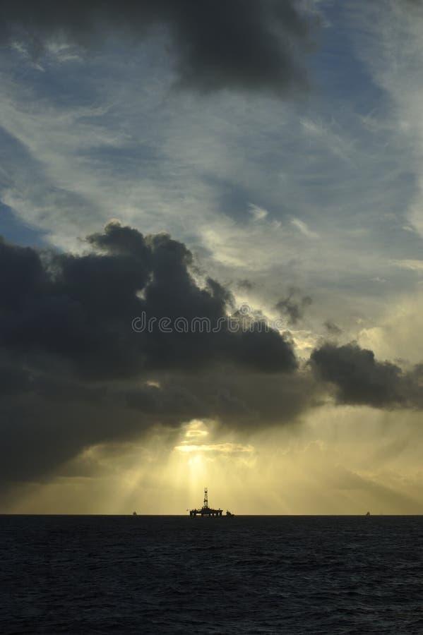 Faisceaux de lumière de Sun au-dessus de plateforme pétrolière image libre de droits